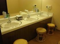 男性脱衣場です。洗面台は3箇所ございます。男性浴場は洗い場6ヶ所ございます。