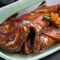 *ふっくらとした身に旨みのあるタレがしみ込んだ「金目鯛の煮つけ」は美味♪