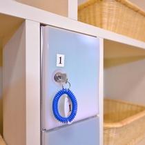 *脱衣処/鍵付きロッカーで貴重品も安心。