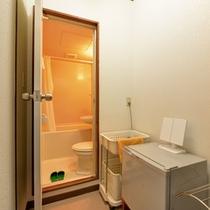 *和室6畳(客室一例)/簡素ではございますが、ユニットバスを完備いたしております。