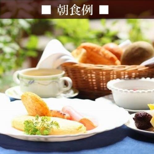 【朝食例】ふわっとろオムレツと熱々のパンが好評♪バイキングは各種ジュース、シリアル、フルーツ、ゼリー