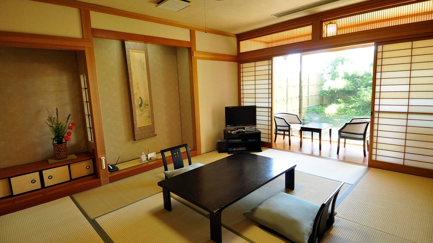 ・【内風呂付和室】広めのお部屋です。畳でゴロゴロするのもいいですよ