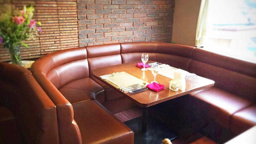 ・【レストラン】楽に座っていただけるボックス席ございます