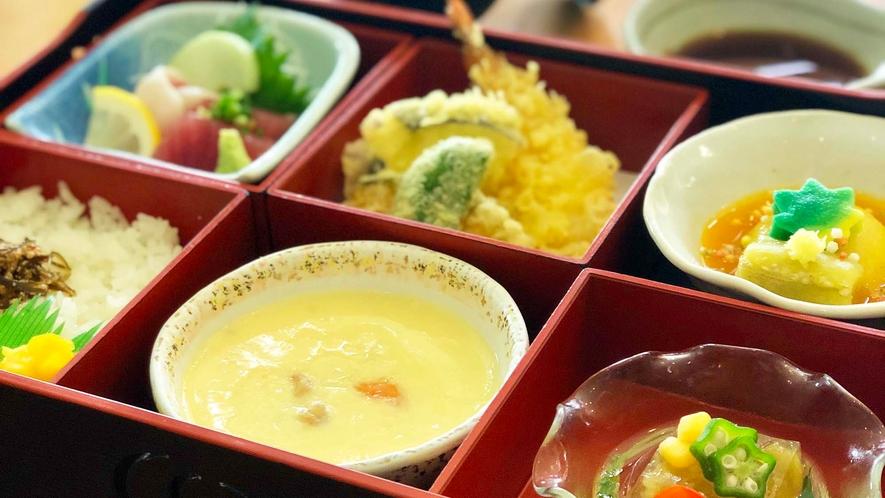 ・【食事】<キング定食>お刺身、天ぷら、お寿司など新鮮な海の幸を使ったキング定食です
