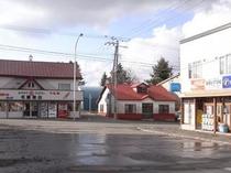 駅前にある2軒の商店