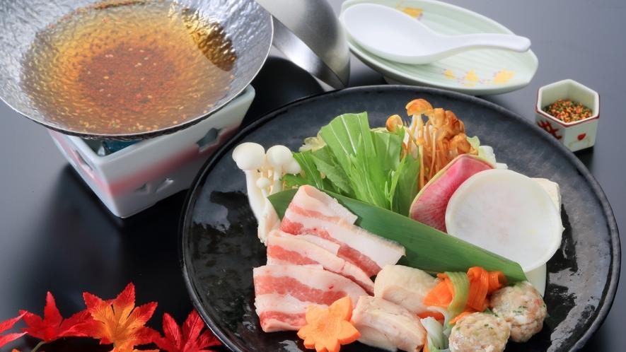 豚肉とかしわの寄せ鍋(青梅会席スタンダード2021秋)