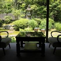 【本館和室8畳】緑まぶしい庭園を眺める