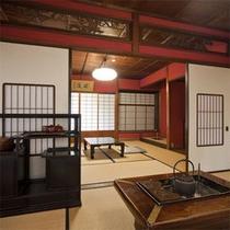 【孔雀之間】 伝統ある紅がらの客室は、風情と歴史溢れる空間。