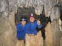 洞窟探検5(見事な鍾乳石に囲まれて)