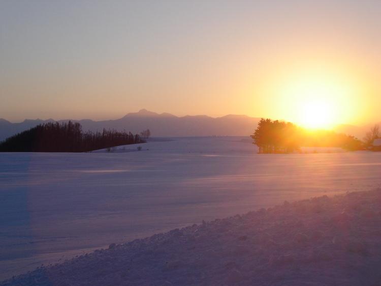 【冬】真っ白な雪原に陽が沈む