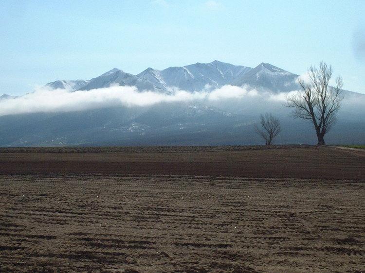 【春】春の山並みと流れる雲