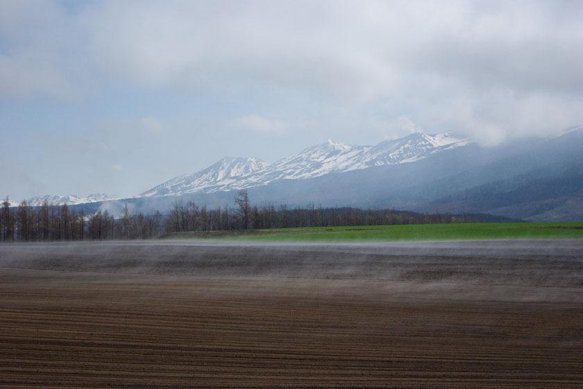 【春】畑から湧き上がる水蒸気