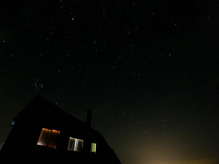 【夏】宿の屋根の上に輝く星・星・星