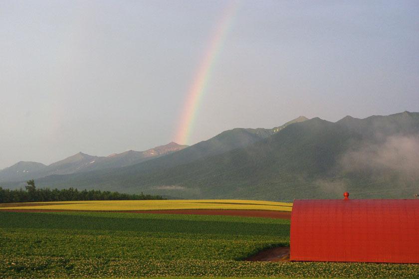 【夏】十勝岳に掛かる虹