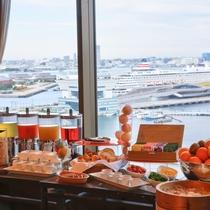 朝食会場から見える横浜港