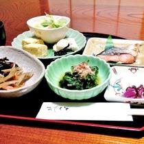 女将手作り和膳は焼き魚、煮物、小鉢、卵料理、炊きたてのごはん等。お食事処にて。