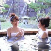 露天風呂は、木々に囲まれた風情あるつくり。