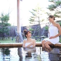 露天風呂は、木々に囲まれた風情あるつくり☆