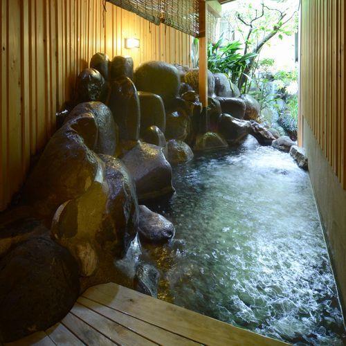 女湯‥露天風呂は滾滾konkonと湧き上がる温泉に手を当てぼーっとするのがオススメです。