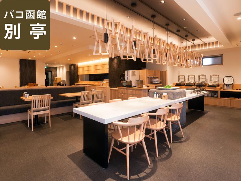 【別亭:板前料理 旬】センターにあるテーブルの半分はお食事にご利用いただけます