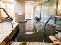 男性露天風呂。浴場は足元が滑りやすいため、手すりをご利用ください。