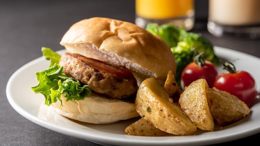 【朝食】バンズにハンバーグと野菜を挟んでハンバーガーに♪お好みでドレッシングもありかも??