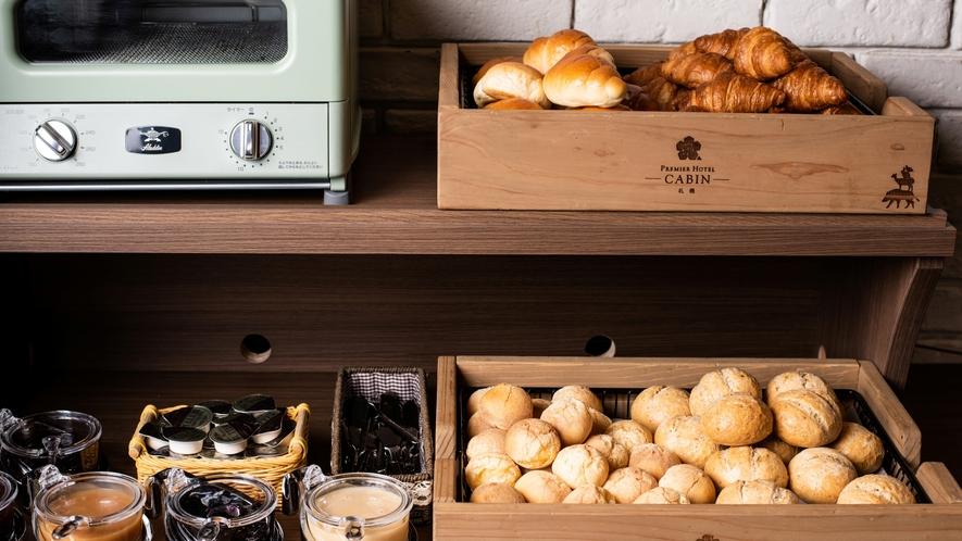 【朝食】厨房で焼いた、やきたてパン。手作りのジャムでどうぞ。