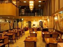 【レストランひいらぎ】吹き抜けと大きな窓で開放感のあるレストランです。