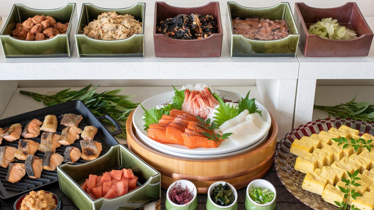 朝食ブッフェ〜新鮮な海の幸はご飯に乗せて海鮮丼にも!