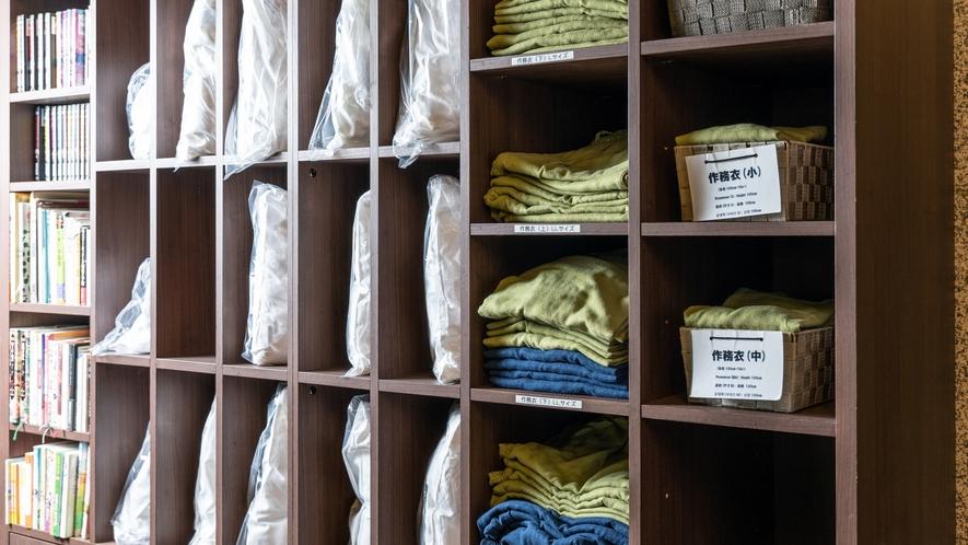 1階ロビー~様々なタイプの枕やお子様用作務衣の貸出もございます。