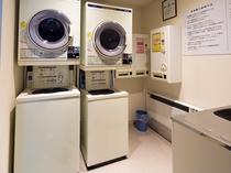 長旅に重宝するコインランドリーは1階に。洗剤等の自販機も完備