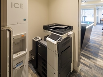 コピー機(有料)と製氷機(無料)は1階フロント裏にございます