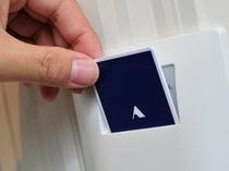 客室の鍵はカードキー。室内のスロットに差すと電気が使えます