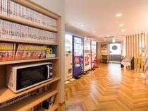 電子レンジは2階漫画コーナーの棚にあります(枕コーナーの向かい)