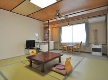 【客室10畳】冷暖房、シーリングファン、洗面台、温水洗浄トイレ完備