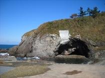 鬼が住んでいたと言われる鯨波海岸の鬼穴