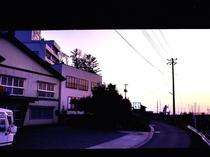 当館正面と夕日