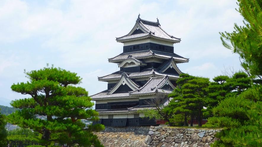 現存する日本最古の城! 国宝 松本城(徒歩6~8分)