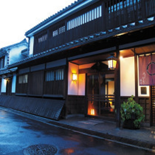 倉敷美観地区からひと筋はいった道沿い、吉井旅館の軒灯がみえてきます。