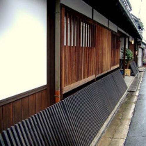 倉敷美観地区の本町通りに面した落ち着いた佇まい