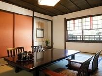 倉敷ならではの伝統的な紅殻色を基調色にした純和風客室。