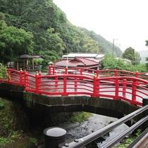 当館前のあたご橋