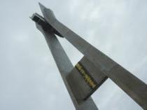 大きな碑がヤマトのスケールを物語る