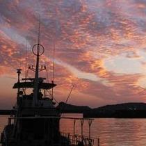 船と夕焼け雲