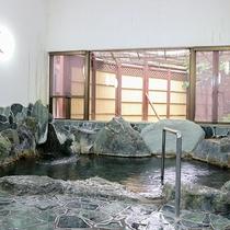 *[岩風呂/温泉]当館自慢の岩風呂。ゆったりと広い造りで足を伸ばしてくつろげます。(※夜22時まで)