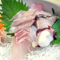 *[夕食一例]鮮魚店から直接仕入れる新鮮なお刺身(1名分※内容は人数により異なります)