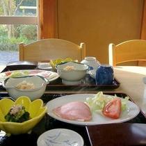 *[朝食一例]明るい雰囲気のお食事処で朝のひとときをお楽しみください。