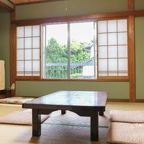 *[和室8畳一例]2名~3名様用の純和風のお部屋。窓の外にはお庭の緑が眺められます。