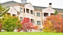 【秋】[ホテル裏側]芝の緑と紅葉のコントラスト