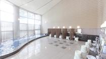 【温泉大浴場】光が差し込む開放的な温泉大浴場『ぶなの湯』泉質は、お肌にやさしい単純泉。